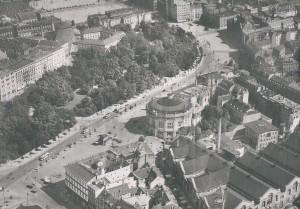 Der Roßplatz aus Richtung Königsplatz, Luftbild um 1930: Unten rechts die Markthalle, in der Mitte der Panorama-Rundbau, oben mittig der Augustusplatz mit Europahaus